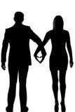 Une femme d'homme de couples d'amoureux marchant main dans la main Images stock