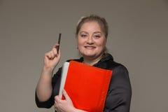 Une femme d'une cinquantaine d'années d'affaires en verres avec des documents et a pas Photos libres de droits