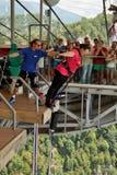 Une femme d'une cinquantaine d'années sautant avec le bungee, saut d'une taille de 69 mètres d'une plate-forme spéciale, qui est  Photos stock