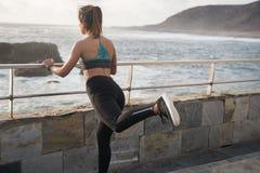 Une femme dans des collants noirs avec une jambe augmentée Photographie stock