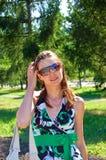 Une femme dans des lunettes de soleil. Photo stock