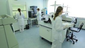Une femme dans la recherche de laboratoire recherche dans le laboratoire de recherche la scientifique de femme travaille dans le  clips vidéos