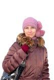 Une femme dans la veste pourpre et le chapeau tricoté Image libre de droits
