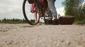 Une femme dans une robe avec une bicyclette vient chez un homme clips vidéos