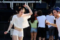 Une femme de la danse d'assistance pendant un concert au festival 2013 de BOBARD (Festival Internacional de Benicassim) Photos stock