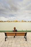 Femme regardant la rivière photographie stock libre de droits
