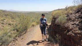 Une femme de sourire fait une pause sur l'aller John Trail photos libres de droits