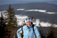 Une femme de sourire sur la voie de la montagne de blanc de station de sports d'hiver r Russie Image stock