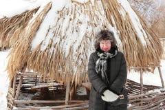 Une femme des années mûres dans un chapeau de fourrure Photo libre de droits