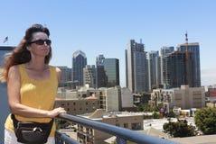 Une femme donnant sur la peu d'Italie, San Diego Image libre de droits
