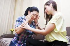 Une femme donnent à consolation son ami Image libre de droits