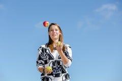 Une femme en bonne santé jongle Image libre de droits
