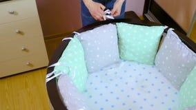 Une femme enceinte en vue d'un enfant nouveau-n? est dispos?e pour la r?union Les meubles en bois des enfants se pliants clips vidéos