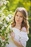 Une femme enceinte marche dans les jardins fleuris 8233 Photos stock