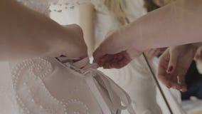 Une femme est attachée avec une robe blanche banque de vidéos
