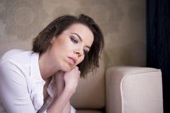 Une femme est profondément absorbée dans sa pensée Photographie stock