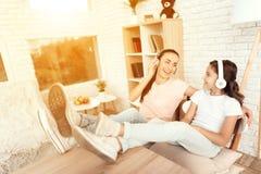 Une femme et une fille se reposent à la maison images libres de droits