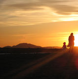 Une femme et son enfant sur le coucher du soleil Photo stock
