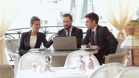 Une femme et un pour deux hommes sur un déjeuner d'affaires