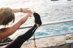 Une femme faisant des bouts droits par le côté de mer Photo libre de droits