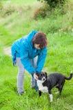 Une femme fait la laisse son chien Image libre de droits