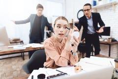 Une femme fait le maquillage sur son lieu de travail image stock