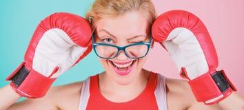 Une femme forte regarde un d?fi dans l'oeil et lui donne un clin d'oeil La boxe fait son ajustement superbe Femme sexy en verres  photo stock