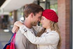 Une femme heureuse de sourire étreignant son ami Image libre de droits