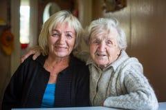 Une femme heureuse pluse âgé avec sa fille adulte photographie stock