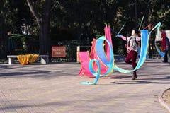 Une femme jouant avec la soie colorée Images libres de droits