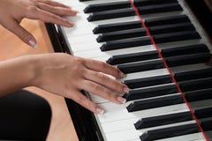 Une femme jouant le piano Photos libres de droits