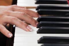 Une femme jouant le piano Photo stock