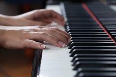 Une femme jouant le piano Photo libre de droits