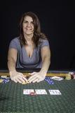 Une femme jouant le tisonnier à une table Photos stock