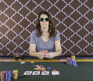 Une femme jouant le tisonnier à une table Image libre de droits