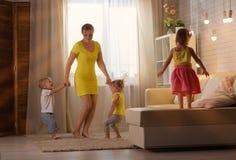 Une femme joue avec des jumeaux de deux ans Images libres de droits