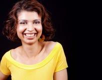 Une femme joyeuse heureuse d'isolement sur le noir Image stock