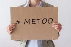 Une femme juge une bannière avec l'inscription IMITATION photographie stock