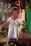 Une femme la plus âgée de Kayan Lahwi tourne Image libre de droits