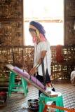 Une femme la plus âgée de Kayan Lahwi tourne Images libres de droits