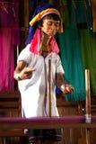Une femme la plus âgée de Kayan Lahwi tourne Photographie stock
