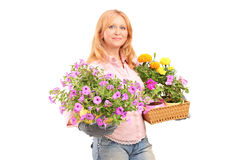 Une femme mûre de sourire tenant des fleurs photos stock