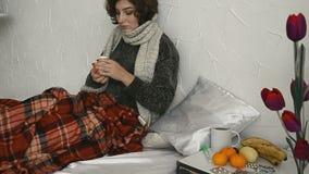 Une femme malade dans la pilule potable de lit banque de vidéos