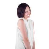 Une femme maladroite d'isolement sur un fond blanc Une fille attirante et espiègle Une dame occasionnelle joyeuse utilisant une c images stock