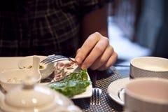 Une femme mange le repas gorgous de type de l'Angleterre Images stock