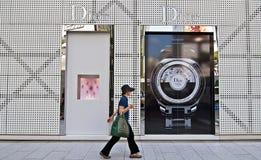 Une femme marchant les rues de Ginza, Japon Photographie stock libre de droits