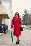 Une femme marche Image libre de droits