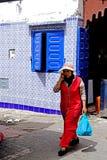 Une femme marche dans les allées dans Essaouira Photo stock