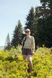 Une femme marche en montagnes Photographie stock