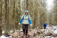 Une femme marche sur des roches Photo stock